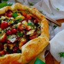 Plaattaart met tomaat, courgette, feta en halloumi