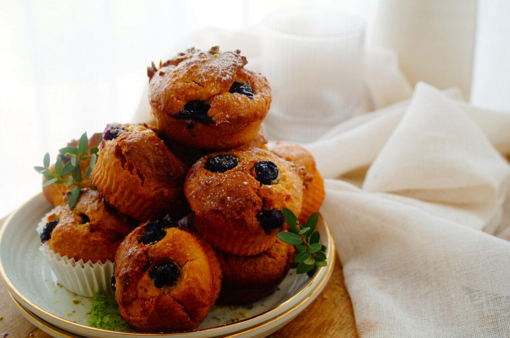 Havermoutmuffins met kokos en blauwe bessen
