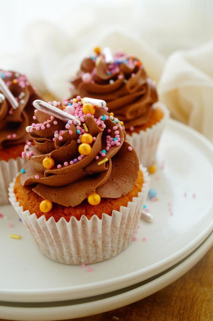 Cupcakes met chocolade en pindakaas