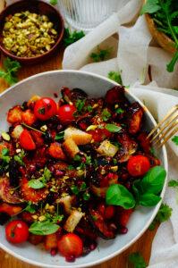 Aubergine salade met granaatappel en tomaat