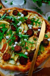 Pizza met worst, venkel en appel