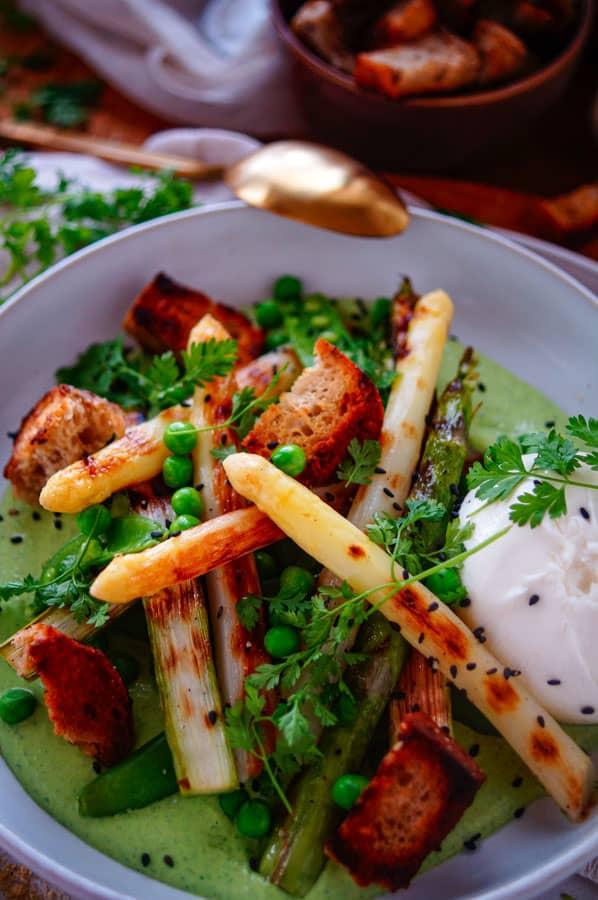 Salade met asperges, croutons en ricottacrème