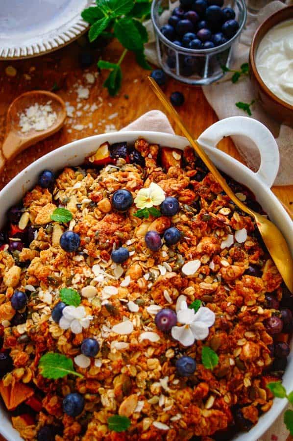 Crumble met blauwe bessen en nectarine