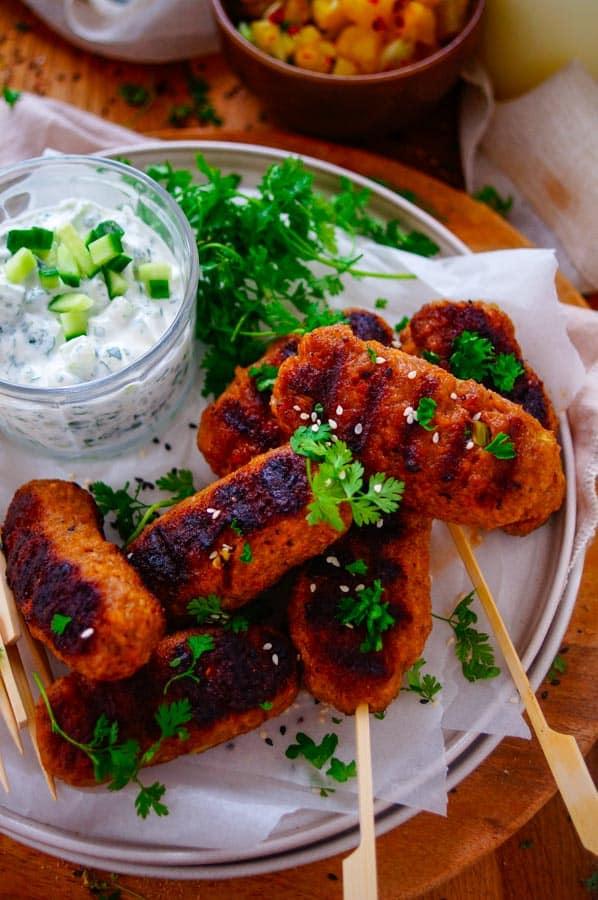 Tandoori köfte met ananassalsa. Lekker en eenvoudig recept voor Tandoori köfte met ananassalsa, een snel makkelijk recept voor op de barbecue klaar in minder dan 30min. De Kofta wordt op smaak gebracht met tandoori pasta.