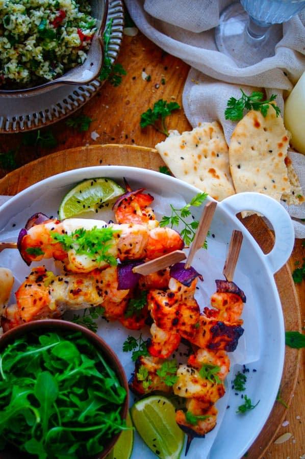 Visbrochettes. Lekker en eenvoudig recept voor Visbrochettes, een origineel gerecht voor op de barbecue. Een snel recept en weinig werk. De brochettes bestaan uit zalm, kabeljauw en scampi's met een zoet-zure abrikozen marinade