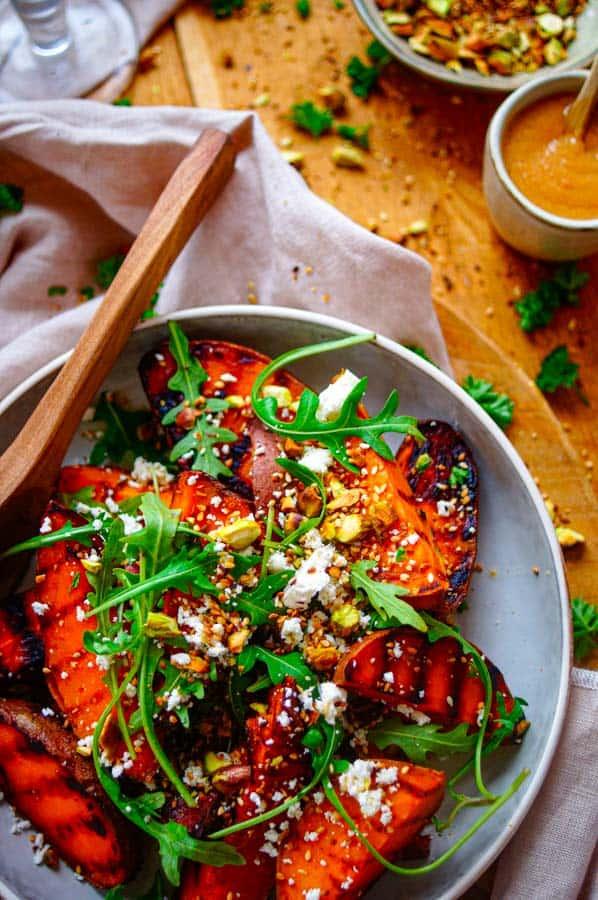 Geroosterde zoete aardappel met miso Lekker en eenvoudig recept voor Geroosterde zoete aardappel met miso, een ideale gezonde salade voor bij een zomerse barbecue. Afwerken met wat feta en een pistache crumble.
