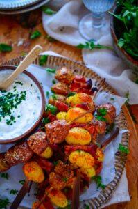 Aardappelspiesjes - gekookte krieltjes op een stokje met spek of Mediterraanse kruiden en spek. Origineel, super makkelijk en lekker voor op de barbecue