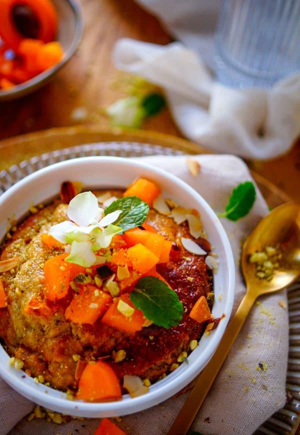 Ontbijtcake met abrikozen en pistache. Een gezonde cake op basis van havermout, pistachenoten en yoghurt, een simpel en snel te maken gezond ontbijt of tussendoortje. Een healthy, glutenvrij zomers gebakje met stukjes abrikozen, deze kan je perfect vervangen door ander zomers fruit