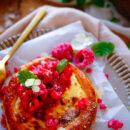 Snelle bladerdeegtaartjes gevuld met roomkaas en frisse compote van rabarber en framboos. Deze taartjes zijn klaar in slechts 30min en leuk om te maken met de kinderen. Ideaal als dessertje, voor bij de koffie of als koffiekoekje tijdens het ontbijt
