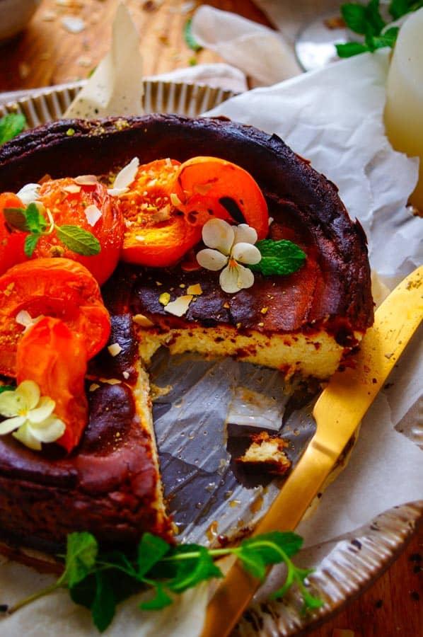 Basque burnt cheesecake. De makkelijkste kaastaart die er bestaat, dat is deze Basque Burnt Cheesecake. Heerlijk zacht en zoet binnen, lichtjes verbrand en gekarameliseerd aan de buitenkant. Serveren doen we met lekker eenvoudig geroosterde abrikozen
