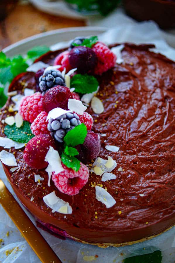 Chocolade ontbijttaart met kersen. Een taart om mee te ontbijten, daar kan je alleen maar fan van zijn. Een gemakkelijk snelle taart met een granola bodem op basis van havermout, kokos en dadels afgewerkt met een lichte chocoladepudding en kersen