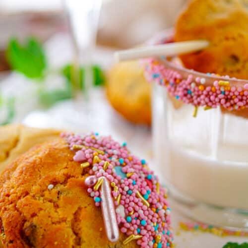 Chocolate chip cookies. De lekkerste en makkelijkste chocolate chip cookies die er bestaan op basis van gecondenseerde melk. Het maken van de koekjes vraagt weinig werk, zijn simpel om te maken en zijn snel klaar. De perfecte koekjes voor bij de koffie op bij melk.