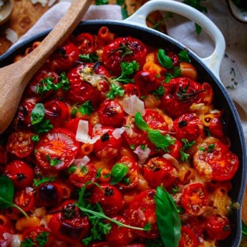 Een heerlijke zomerse Italiaanse versie van de bekende Mac and cheese. De klassieke kaassaus wordt vervangen door een snelle lichte ricottasaus met rode pesto, pancetta en tomaten. Lekker, simpel, snel klaar en meal prep proof
