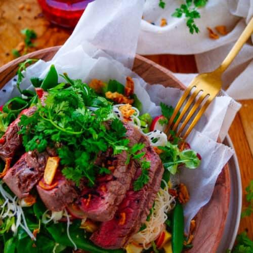 Lekkere en eenvoudige Thaise steak salade, ideaal als doordeweeks maaltijd of als barbecue gerecht.
