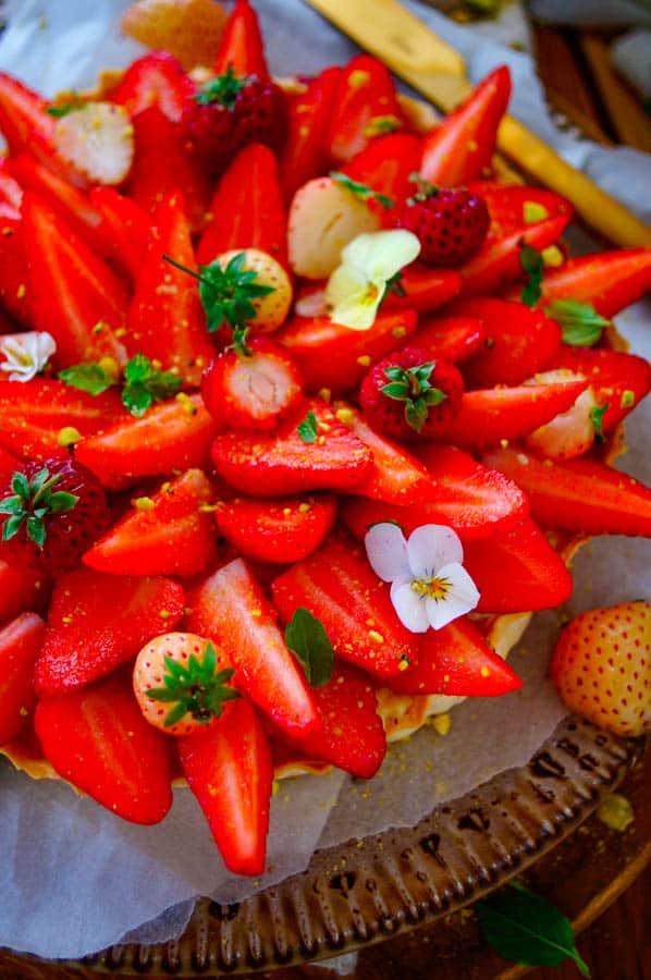Aardbeientaart met vanillepudding - een snelle eenvoudige zomerse taart gevuld met banketbakkersroom