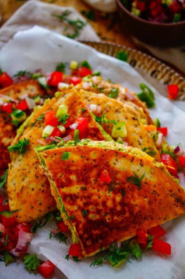 Quesadilla met tonijn en avocado. Heerlijke Mexicaanse quesadilla's met tonijn en avocado, perfect als hapje of doordeweekse maaltijd. Deze Mexicaanse tosti's of Croque Monsieur zijn klaar in minder dan 30min en zijn gevuld met een lekkere gezonde tonijnsalade, avocado en kaas.