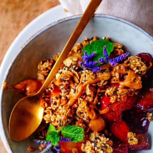 Sesam granola. Heerlijk eenvoudige granola op basis van sesamzaadje op smaak gebracht met kardemom, kaneel en pindakaas. Een lekkere crunchy granola ideaal als gezond ontbijt of tussendoortje