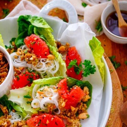 Sla wraps met gehakt. Lekker lichte sla wraps gevuld met kruidig gehakt, mihoen, pompelmoes en nuac cham dressing. Een gezond en snel te maken doordeweekse maaltijd of serveer als hapje.
