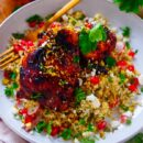 """Kip met granaatappel. Heerlijke """"sticky"""" kip gemarineerd met granaatappelmelasse geserveerd met een lekker lichte tabouleh van bulgur en bloemkool. Een zomers receptje dat je ook op de barbecue kan klaarmaken."""