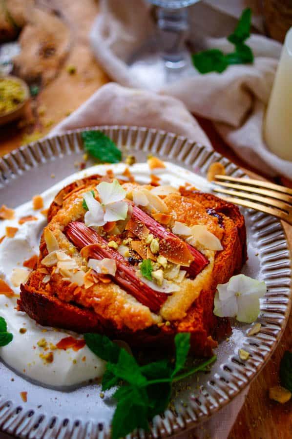 """Brioche toast belegd met frangipane en rabarber ofwel een """"Bostock"""", een origineel en snel te maken gerecht voor bij het ontbijt, brunch of als dessert."""