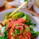 Gevulde tomaten met pasta en garnalen. Deze lekker eenvoudige gevulde tomaten met pasta en garnalen is een simpel voedzaam alternatief op de tomaat-garnaal. Tomaten opgevuld met een pastasalade, grijze garnalen en een snelle avocadosaus