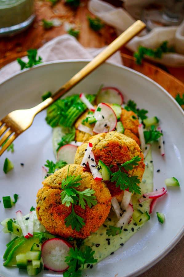 Viskoekjes met avocadosaus. Hartige koekjes op basis van vis met een snelle gezonde avocadosaus. Een snel en makkelijk te maken recept, een gezond doordeweekse maaltijd. Deze viskoekjes heb je klaar in minder dan 30min en is ook ideaal om te meal preppen