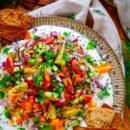 Griekse dip met za'atar nacho's. Een frisse gezonde dip ideaal om te serveren bij een zomere borrel of apéro. Deze dip bestaat uit laagjes griekse yoghurt, hummus en groentjes geserveerde met krokante za'atar nachos. Een snel licht hapje