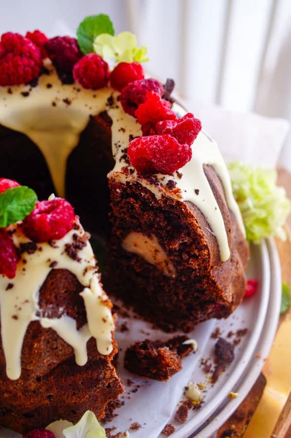 Oreo cake met frambozen. Een feestelijke cake met Oreo's, frambozen en roomkaas vulling. Een simpele en snel te maken cake ideaal voor iedere gelegenheid of het nu voor een verjaardagsfeestje is of voor op de koffie op zondag.