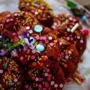 Brownie koekjes. De lekkerste en makkelijkste brownie koekjes met een snufje zeezout en feestelijke sprinkles. Verwacht je aan lekker veel chocolade, ideaal om samen te bakken met de kinderen.