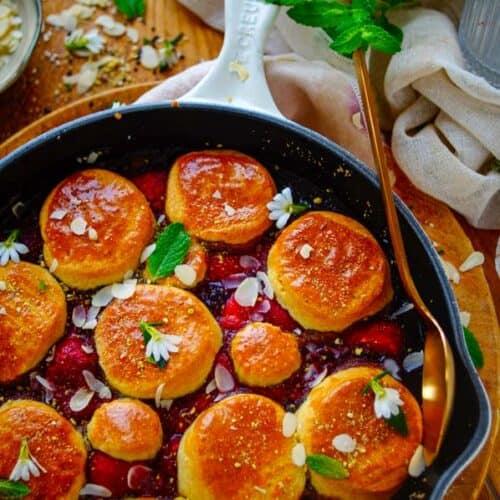 Cobbler met bessen. Een makkelijk en eenvoudig recept voor cobbler met bessen, een dessert met veel vergelijkenissen met een klassieke fruit crumble. Een laagje warm fruit met daarop een cake of biscuit laagje. Een snel lekker toetje waarmee je eindeloos kan varieren