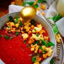 Soep van geroosterde tomaten. Niets zo lekker dan een tomatensoep met balletjes. In dit makkelijke gezonde receptje roosteren we de tomaten eerst samen met zomerse pruimen en maken de soep romig met kokosmelk en crunchy popcorn