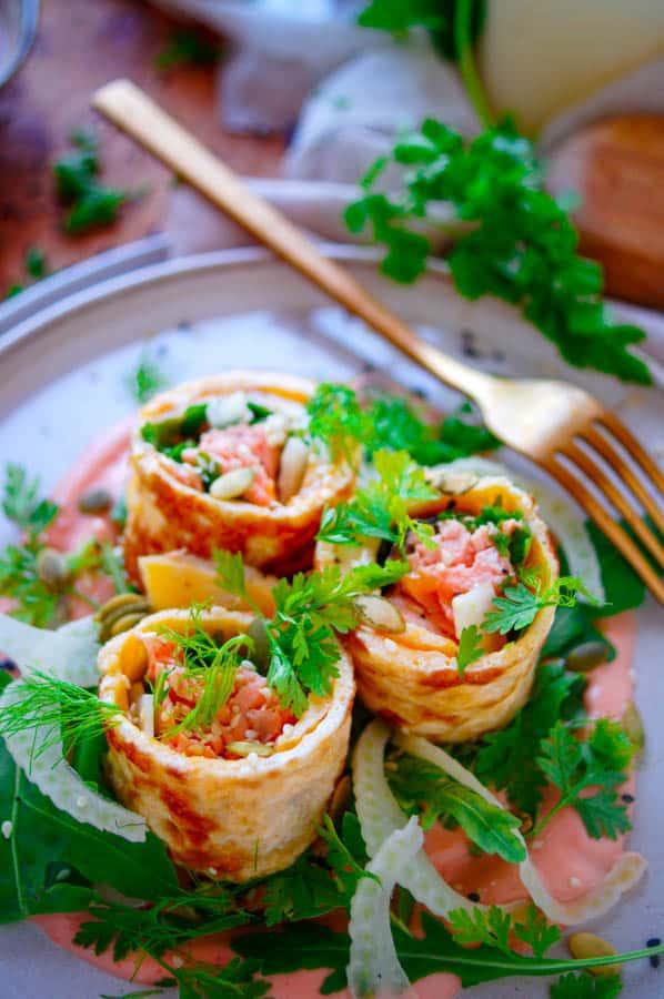 Omeletrolletjes met zalm. Een makkelijk en snel te maken receptje voor omeletrolletjes met zalm, een gezond voedzaam gerecht waarmee je eindeloos kan variëren. Deze rolletjes kan je makkelijk op voorhand maken en meenemen als lunch, avondmaal of als hapje