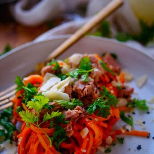 Spaghetti met paprikasaus en tonijn. Lekker en eenvoudig recept voor spaghetti met paprikasaus en tonijn. De geroosterde paprikasaus is een heerlijke gezonde basissaus waar je weinig werk aan hebt en je in eindeloos veel gerechten kan gebruiken. Hou het volledig vegetarisch of werk af met wat tonijn uit blik.