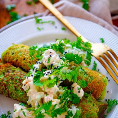 Spinazie pannenkoeken met kipsalade. Eenvoudig en snel recept voor spinazie pannenkoeken met kipsalade, een heerlijk makkelijk gerecht om doordeweeks op tafel te zetten. Gezonde pannenkoeken waarmee je eindeloos kan variëren