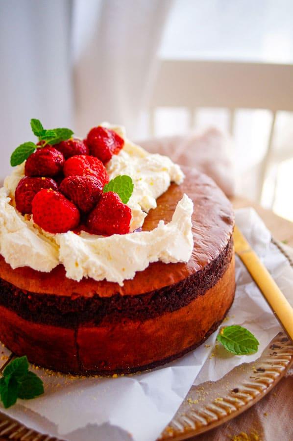 Chocoladecake met hazelnoten en aardbeien. De lekkerste en makkelijkste chocoladecake met hazelnoten en aardbeien. Deze eenvoudige cake is trouwens 100% glutenvrij en lactosevrij omdat we geen bloem of boter gebruiken. Serveren doen we met opgeklopte mascarpone en geroosterde aardbeien.