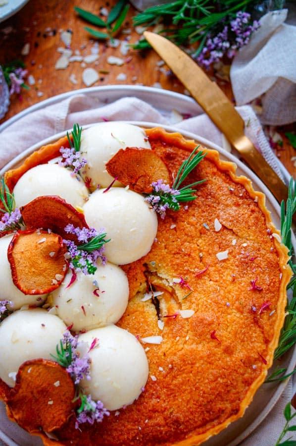 Appeltaart met frangipane. Een lekker makkelijke appeltaart met frangipane, heerlijk voor bij de koffie. Deze frangipanetaart wordt nog afgewerkt met een luchtige appelmousse.