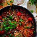 Ovenschotel met aubergine. Deze lekker simpele ovenschotel met aubergine is wel beter gekend als melanzane alla parmigiana. Een gezond doordeweeks recept dat je makkelijk op voorhand kan meal preppen en is ook nog eens 100% vegetarisch