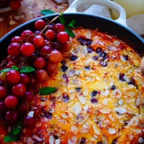 Clafoutis met druiven. Het makkelijkste en lekkerste dessertje ooit dat is een Franse clafoutis. Normaal gaat er in dit receptje nog kersen maar met geroosterde druiven is het even lekker. Deze versie krijgt een frisse toets door Skyr te gebruiken.