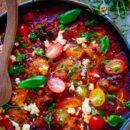 Griekse gehaktballetjes in tomatensaus. Heerlijke en makkelijk te maken griekse gehaktballetjes in tomatensaus, perfect als doordeweeks maaltijd dat je makkelijk kan meal preppen. Een receptje bomvol smaak, kruiden en feta