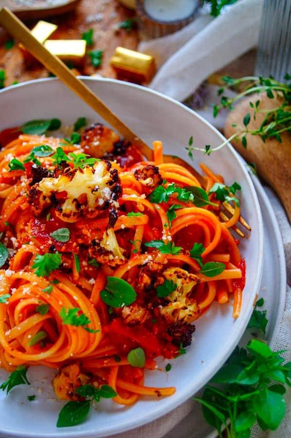 Heerlijk en snel te maken vegetarische spaghetti bolognese, een smaakvolle bolognaise saus zonder gehakt wel met krokante stukjes geroosterde bloemkool. Een gezond gerecht dat super snel klaar te maken is en ook ideaal om te meal preppen.