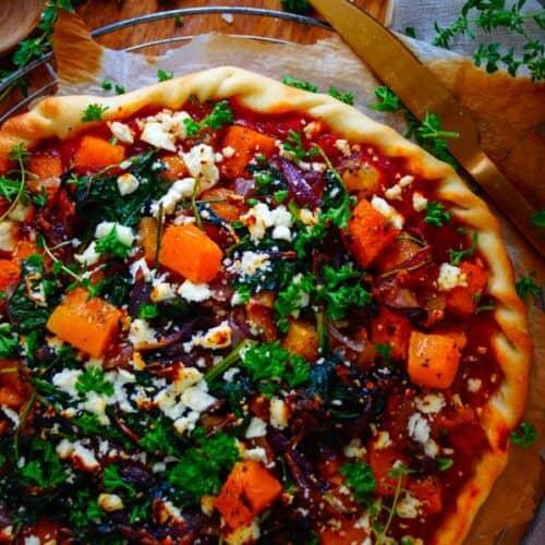 Pizza met pompoen en gekarameliseerde ui. TREK IN PIZZA? 😍 Ga dan voor deze pizza met pompoen en gekarameliseerde ui ! Een heerlijke herfstige pizza met stukjes geroosterde pompoen, gekarameliseerde ui, feta en walnoten. Een lekkere vegetarische pizza om op doordeweeks of op weekenddag eens te proberen!