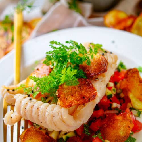 Gepocheerde rogvleugel met groentesalsa. Een lekker gezond recept voor gepocheerde rogvleugel met groentesalsa. Dit eenvoudige gerecht heb je op minder dan 30min op tafel. Een receptje met de vis van het jaar, een simpele salsa op basis van tomaten en courgette, zelfgemaakte aardappelchips en een sausje op basis van plattekaas.
