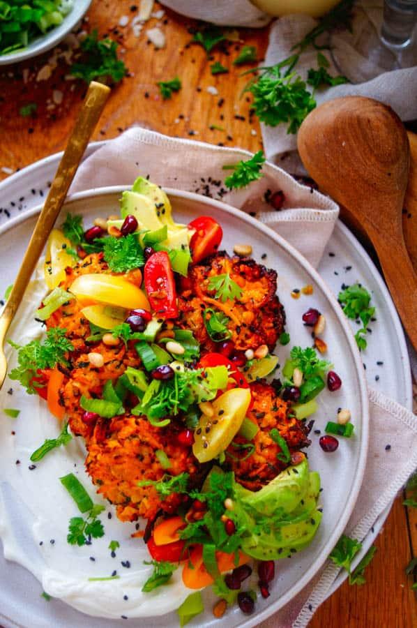 Zoete aardappelkoekjes met garnalen. Lekker en makkelijk recept voor Zoete aardappelkoekjes met garnalen. Een simpele gezonde doordeweekse maaltijd dat je ook als hapje kan serveren.