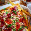 Flammkuchen met vijgen, ui en ham. Een lekker en eenvoudig recept voor Flammkuchen met vijgen, ui en ham, een gerecht dat klaar is in minder dan 30min. Deze simpele tarte flambée kan je serveren als doordeweekse maaltijd, als voorgerecht of als hapje bij de borrel