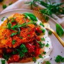 Een lekker eenvoudig recept voor Italiaanse schnitzel met ratatouille, een zuiders gezond gerecht ideaal om op je weekmenu te zetten. Zuiders gestoofde groenten, een krokante schnitzel met Polenta en Parmezaan korst geserveerd met opgeklopte burrata