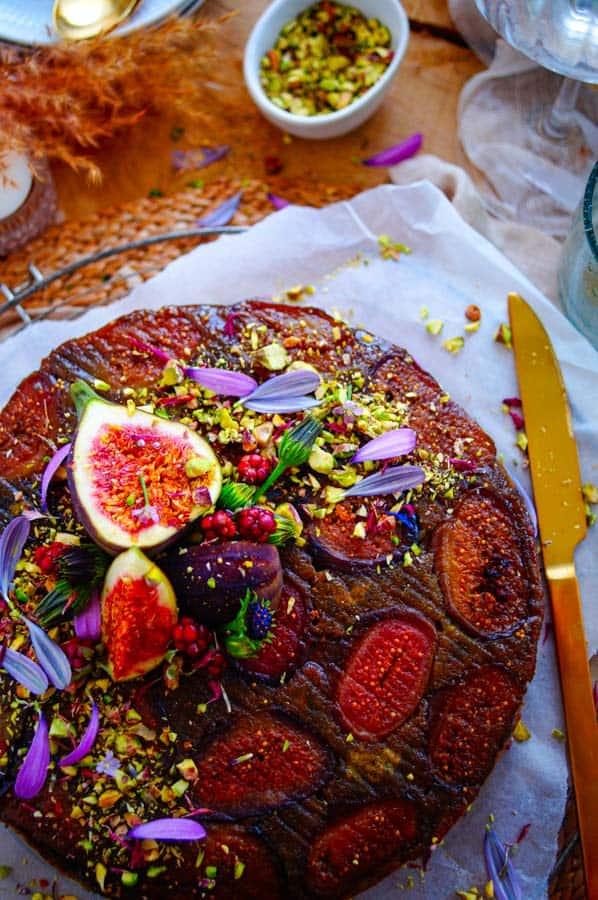 Verwacht je aan een heerlijk sappige pistache cake met vijgen, een cakeje om te bakken tijdens de herfst. Het maken van de cake is simpel, snel en super eenvoudig waardoor je in no-time een stukje voor je neus hebt staan met een lekker tasje koffie