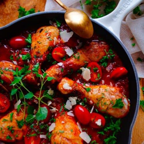 Nog wat vakantiesferen op tafel toveren met deze heerlijke smaakvolle Provençaalse kip. Een lekker simpel eenpansgerecht dat je makkelijk op voorhand al kan maken. Dit gerechtje zit bomvol groenten, kruiden uit het zuiden en kip.