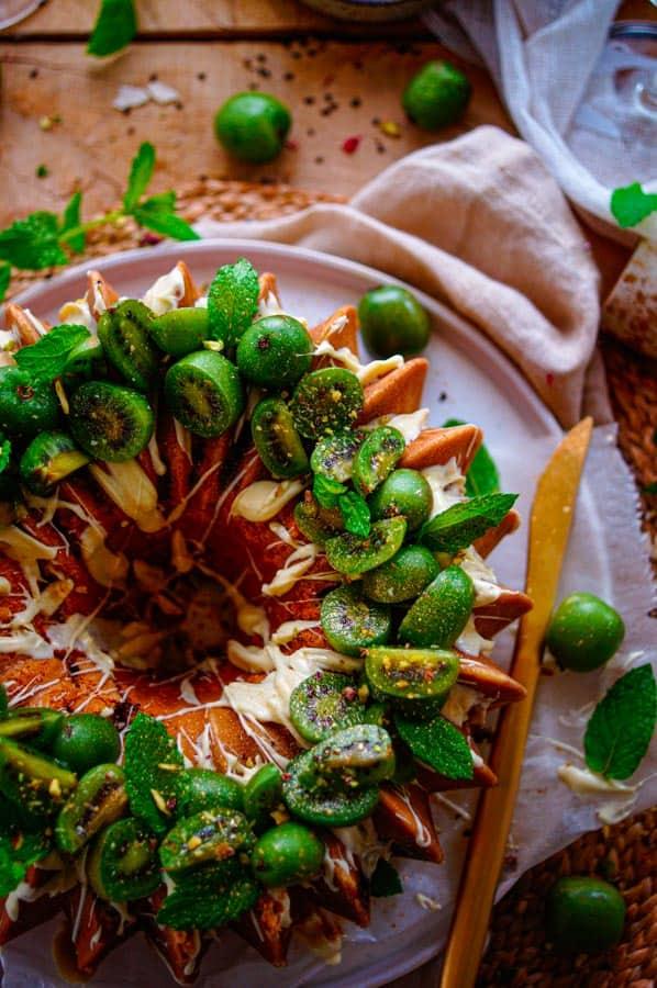 Het is baking time met deze lekkere frisse yoghurtcake met kiwibessen. Een verrassende toevoeging aan deze eenvoudige cake. Zacht zoete besjes met de looks van een druif maar een eenmaal opengesneden komt er een mini-kiwi tevoorschijn, superfruit afkomstig uit België